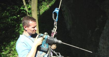 Wiercenie 100-centymetrowym wiertłem nie jest łatwe w warunkach skalnych
