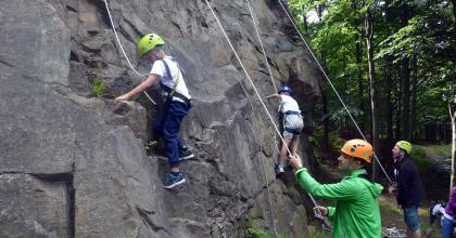 Wspinaczkowa impreza integracyjna dla dzieci w Stołowych Skałach - foto Fundacja Na Maksa